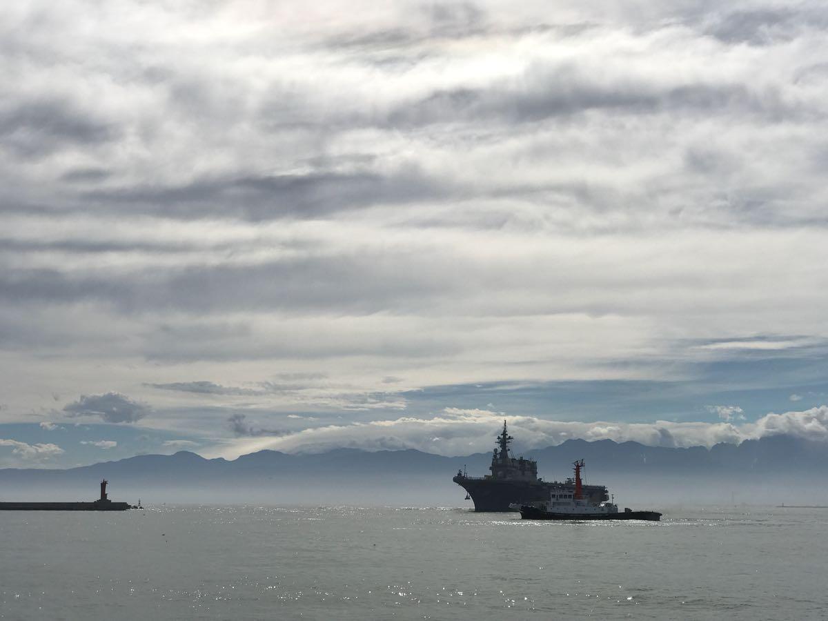 伏木万葉埠頭と護衛艦ひゅうが