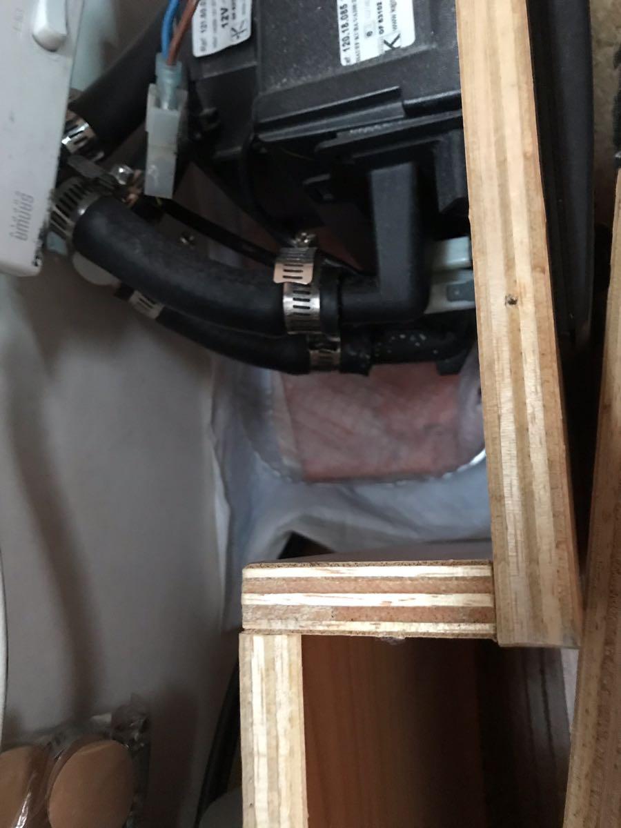 バーストナーのリアヒーター冷却水漏れ