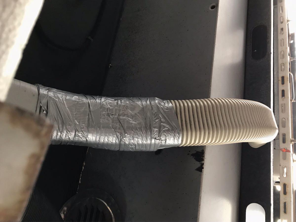 エアコン配管にダクトテープ