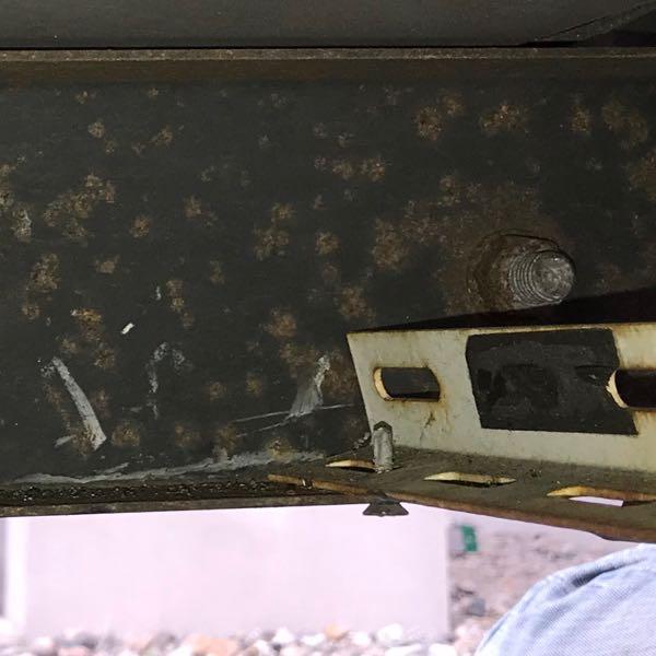 キャンピングカーに積んだ室外機の固定を補強する