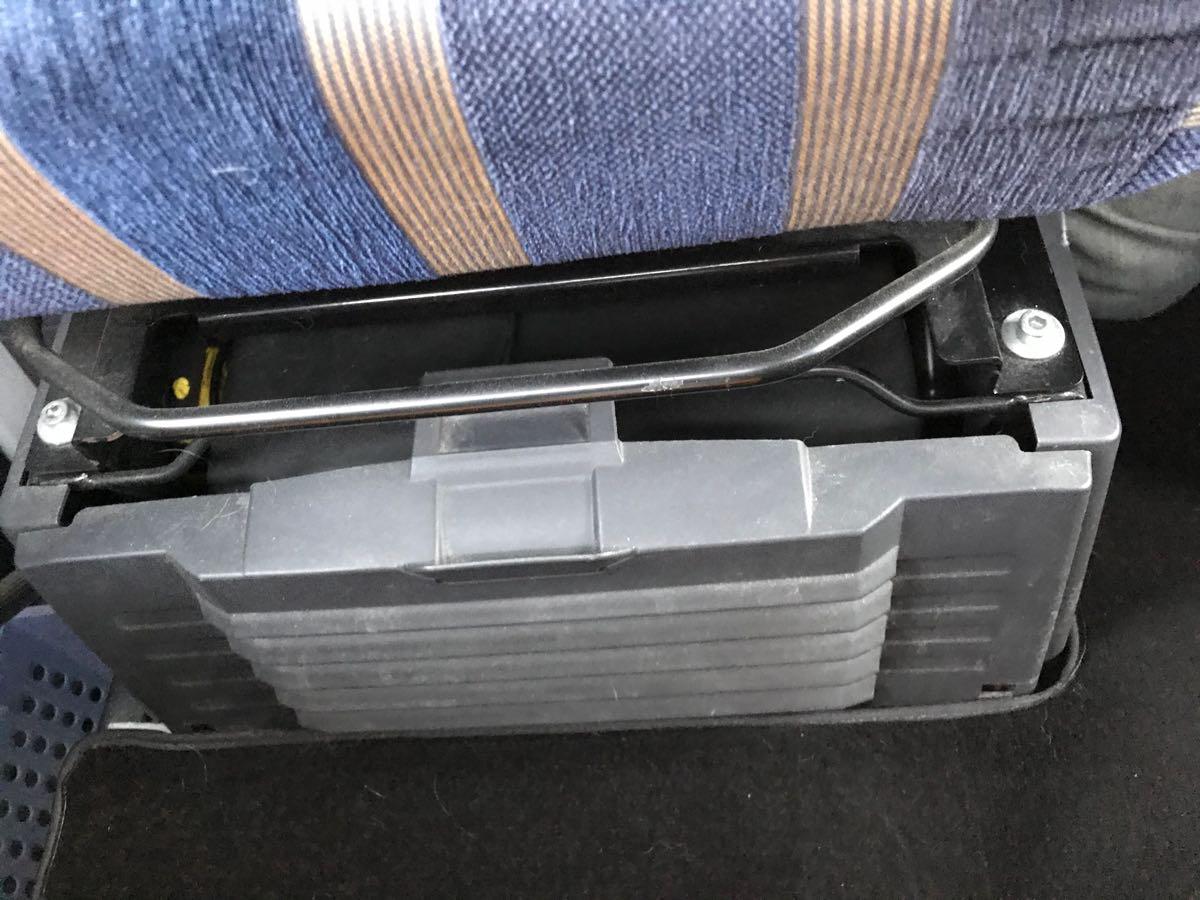 助手席の下には工具箱